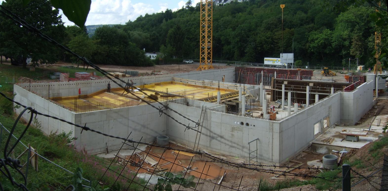 Hallenbad Konz in der Rohbauphase; im Foto ist links oben die Verschalung für das Schwimmerbecken zu erkennen.